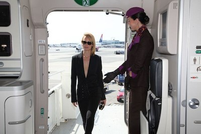 "Supermodel Amber Valletta welcomed by Etihad Airways cabin onboard the airline's ""NYFW: The Shows""-branded aircraft livery by cabin crew. (PRNewsFoto/Etihad Airways)"